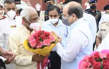 Hon'ble Governor of Haryana, Sh. Bandaru Dattatreya welcoming the Vice Chancellor of Kurukshetra University, Prof. Somnath Sachdeva, on his arrival in Kurukshetra.